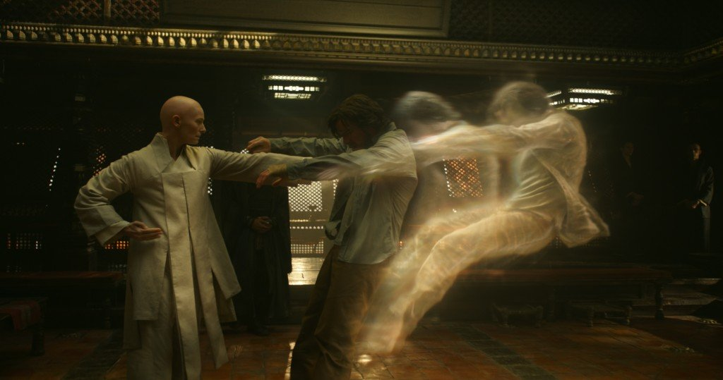 The Ancient One (Tilda Swinton) y Doctor Stephen Strange (Benedict Cumberbatch).