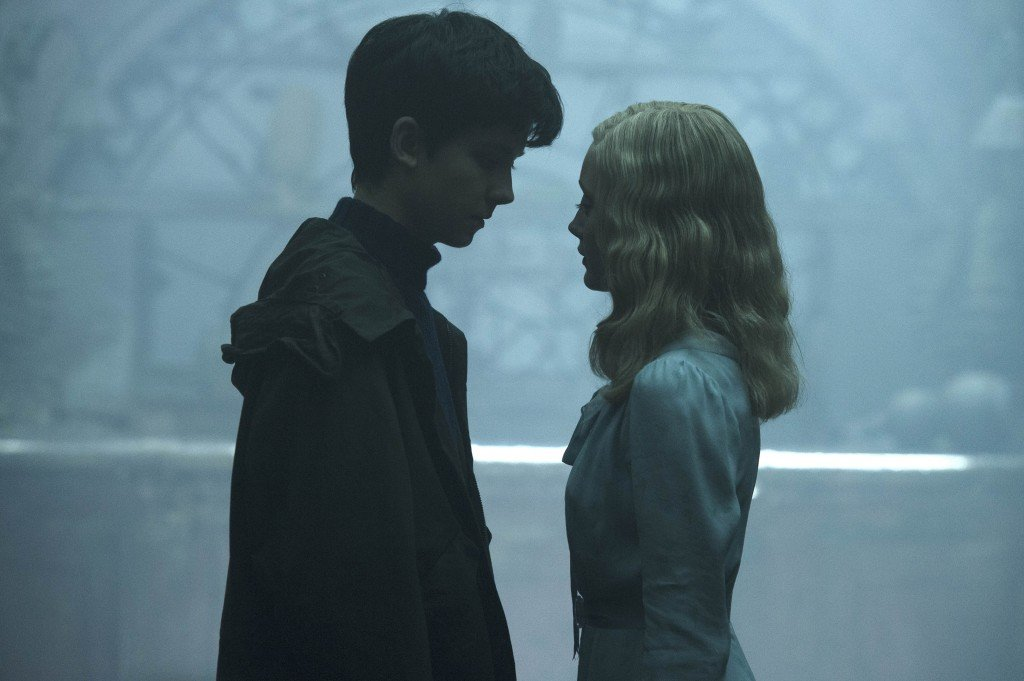 Jake (Asa Butterfield) y Emma (Ella Purnell). Photo Credit: Jay Maidment.