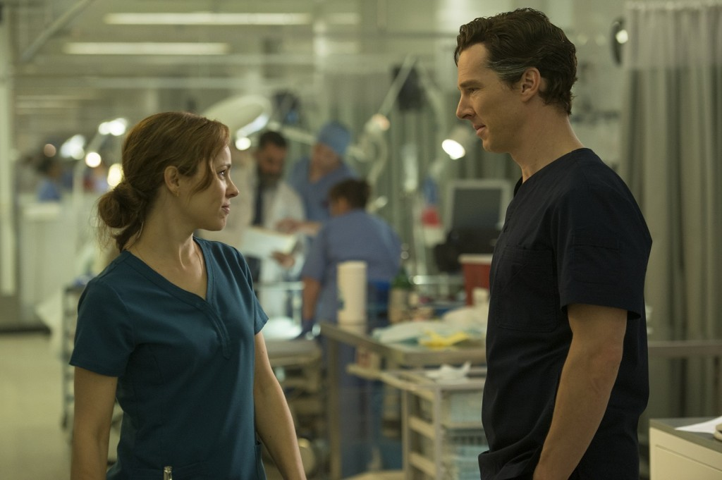 Doctor Christine Palmer (Rachel McAdams) y Doctor Stephen Strange (Benedict Cumberbatch). Photo Credit: Jay Maidment.