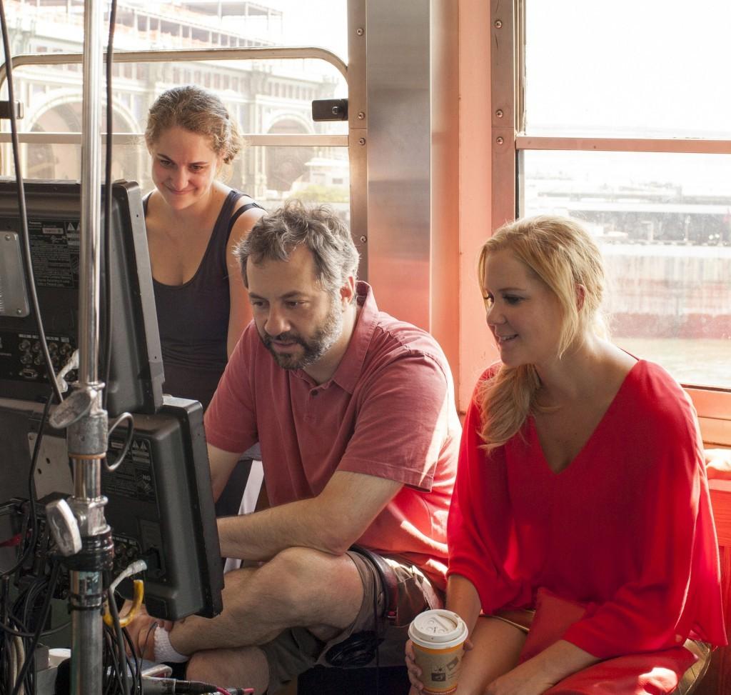 (De izda a dcha) La productora asociada KIM CARAMELE, el director y productor JUDD APATOW y AMY SCHUMER en el plató de Y DE REPENTE TÚ