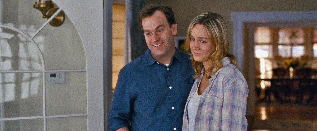 Tom (MIKE BIRBIGLIA) está casado con Kim (BRIE LARSON), la hermana de Amy, en Y DE REPENTE TÚ