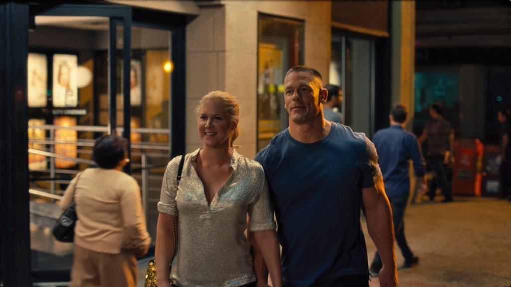 Amy (AMY SCHUMER) sale con Steven (JOHN CENA) en Y DE REPENTE TÚ