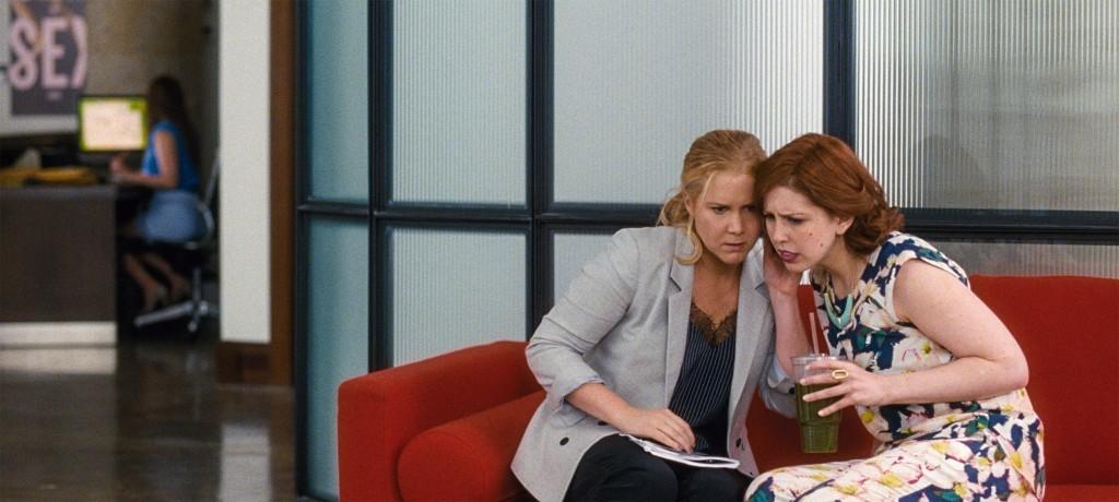 (De izda a dcha) Amy (AMY SCHUMER) con su mejor amiga Nikki (VANESSA BAYER) en Y DE REPENTE TÚ