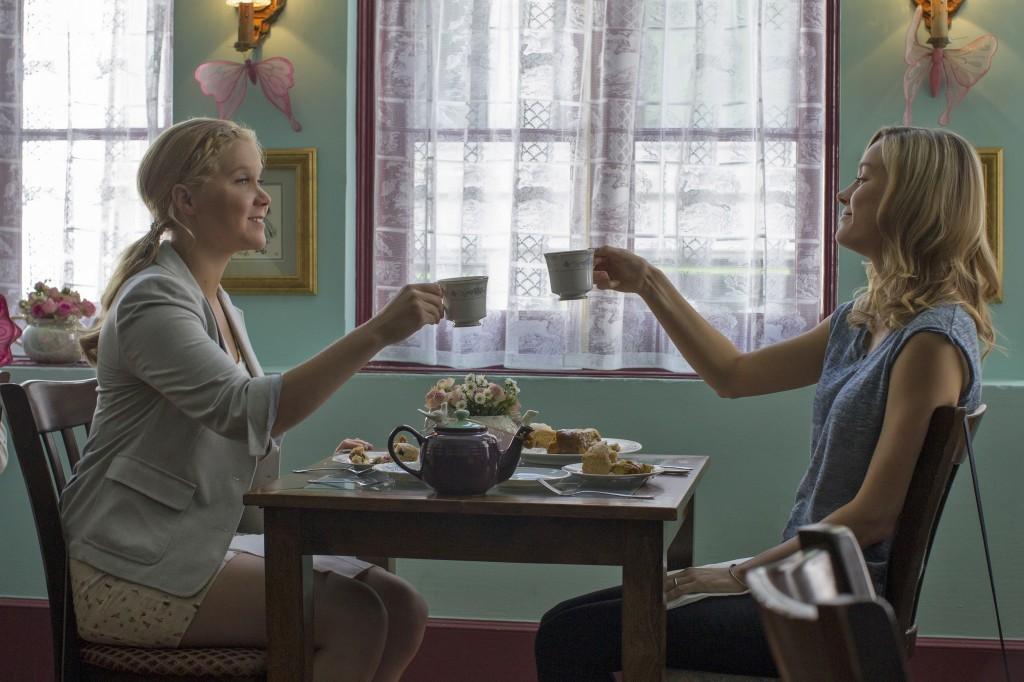 (De izda a dcha) Amy (AMY SCHUMER) y su hermana Kim (BRIE LARSON) toman el té en Y DE REPENTE TÚ