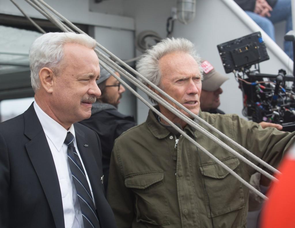 Tom Hanks junto al director y productor Clint Eastwood en el set de Sully