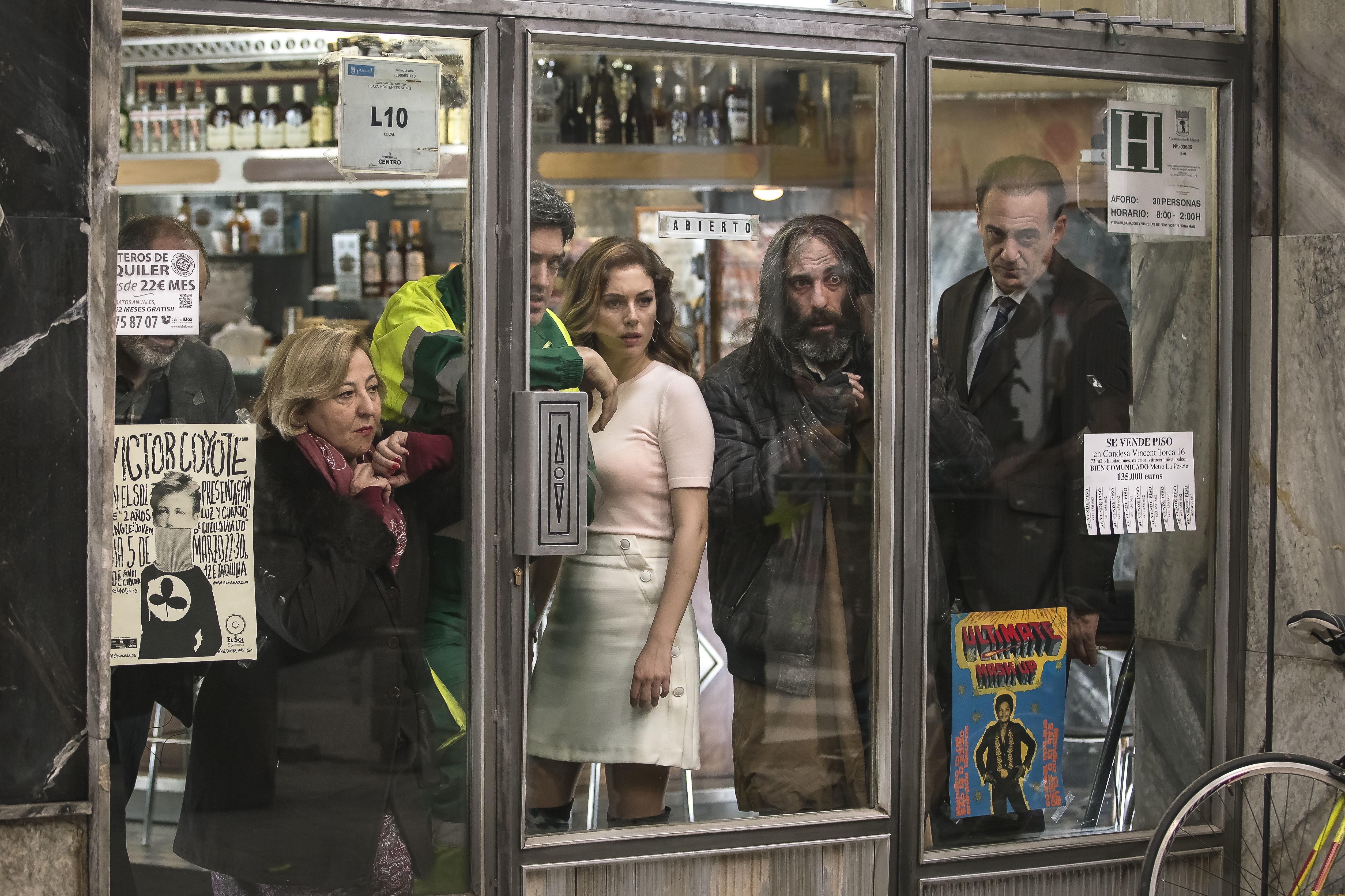 http://newcinema.es/imagenes/2016/03/el-bar-protagonistas-rodaje.jpg