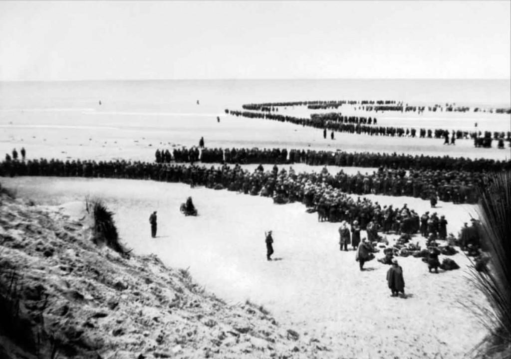 Tropas Británicas esperando en la playa de Dunkirk su evacuación.