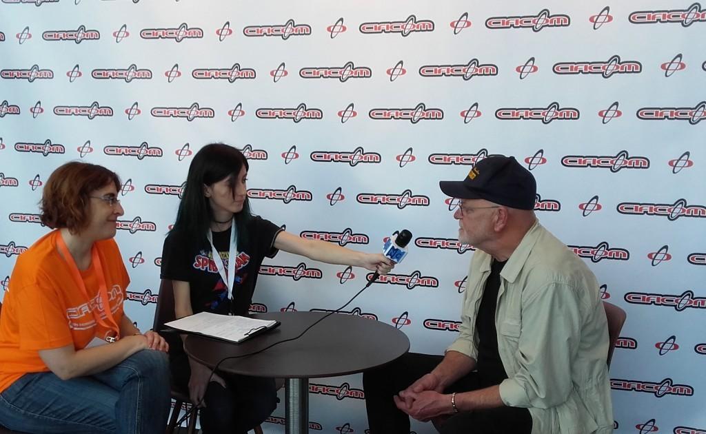 Aurora (traductora), Leyre (entrevistadora) y Angus McInnes