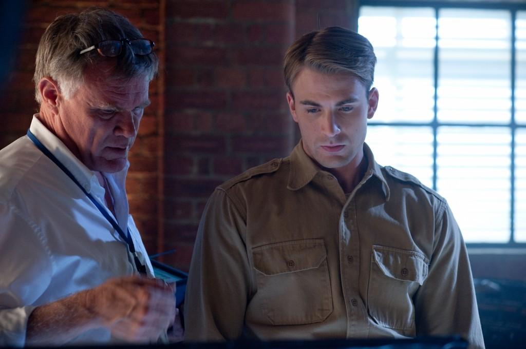 El director junto a Chris Evans en el Set de CApitán América 1