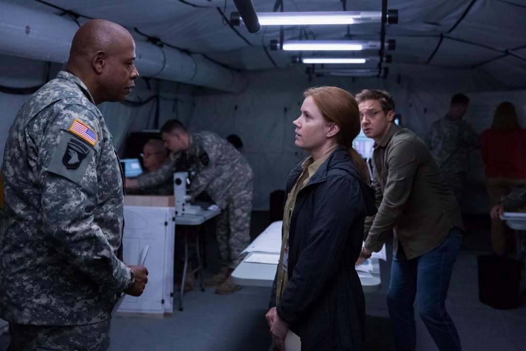 Colonel Weber (Forest Whitaker), Louise Banks (Amy Adams) y Ian Donnelly (Jeremy Renner) en La Llegada
