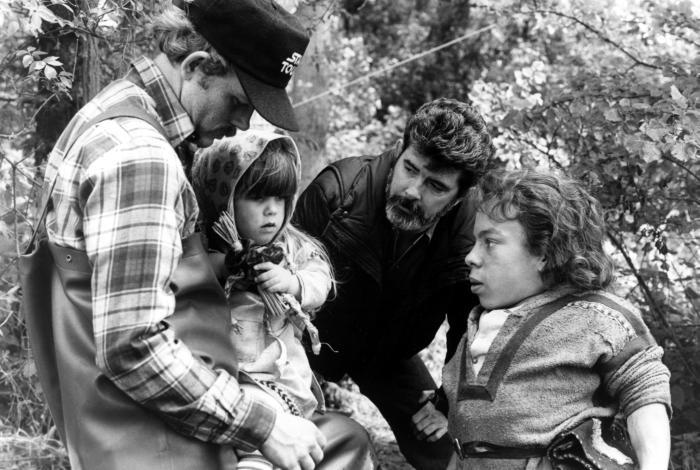 WILLOW, Ron Howard, Dawn Downing, George Lucas, Warwick Davis en el set, 1988. ©MGM/