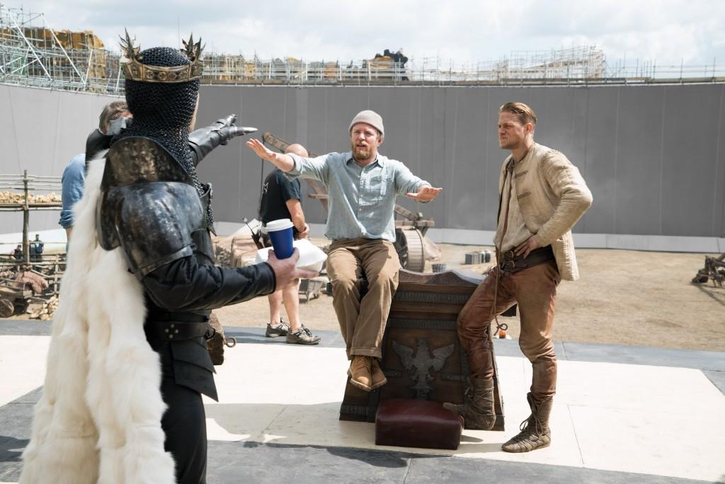 Izq- a Der Jude Law, director Guy Ritchie y Charlie Hunnam en el set. Photo Credit: Daniel Smith