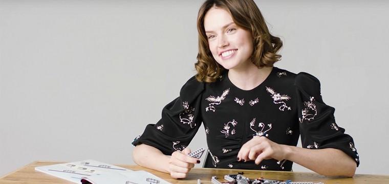 Entrevista a Daisy Ridley mientras construye un LEGO del Halcón Milenario