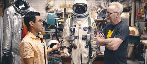 Adam Savage prueba los trajes espaciales de FIRST MAN